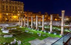 Basílica Ulpia en la noche, foro de Trajan, Roma, Italia Imagenes de archivo