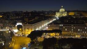 Basílica vatican de Stpeter iluminado por luzes da noite na hora do crepúsculo em Itália filme