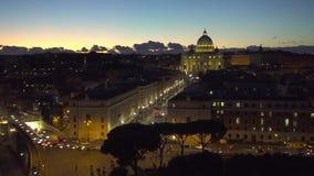 Basílica vatican de Stpeter iluminado por luzes da noite na hora do crepúsculo em Itália video estoque