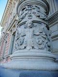 bas-ανακούφιση με τους αγγέλους στις στήλες του κτηρίου στοκ φωτογραφίες