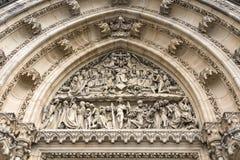 Bas-ανακούφιση που χαράζεται στην πέτρα επάνω από την είσοδο στο καθολικό ασβέστιο Στοκ Φωτογραφίες