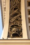 Bas-ανακούφιση στην αψίδα του Γενικού Επιτελείου που στηρίζεται στο τετράγωνο παλατιών στο ηλιοβασίλεμα στοκ φωτογραφία με δικαίωμα ελεύθερης χρήσης