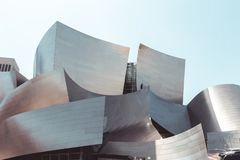 Bas-angle de Walt Disney Concert Hall contre le ciel photo libre de droits