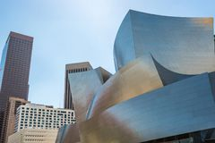 Bas-angle de Walt Disney Concert Hall contre le ciel photos stock
