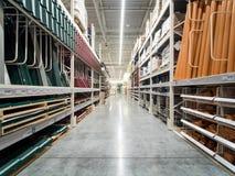 Bas-côté d'entrepôt des matériaux de construction dans le magasin industiral images stock