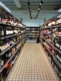 Bas-côté d'une manière ordonnée disposé de vin dans le supermarché photographie stock libre de droits