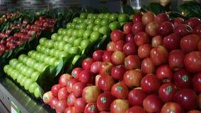Bas-côté de sélection d'Apple avec des sections des pommes rouges et vertes dans le supermarché australien Photo libre de droits