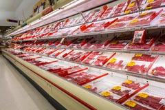 Bas-côté de viande dans un supermarché américain Photographie stock libre de droits