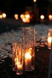 Bas-côté romantique de mariage de conte de fées avec les bougies et les pétales blancs i Image stock