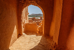 Bas-côtés à l'intérieur du fort Ait Ben Haddou Photographie stock libre de droits