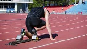 Bas coureur d'athlète de début sur la distance de 400 mètres autour de stade banque de vidéos