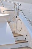 Bas-côté et escalier sur le yacht Photos stock