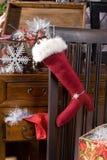 Bas de Noël avec le cadeau d'or Images libres de droits