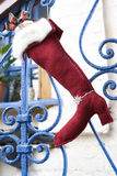 Bas de Noël avec le cadeau d'or Photographie stock