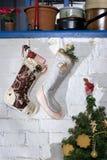 Bas de Noël avec le cadeau d'or Photos libres de droits