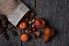 Bas de Noël avec le fruit et les écrous Images stock
