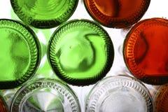 Bas des bouteilles en verre vides sur le blanc Photo libre de droits