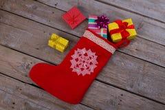 Bas et boîte-cadeau de Noël photographie stock libre de droits