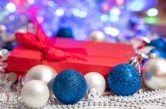 Bas et jouets de décoration de boules de Noël Photographie stock libre de droits