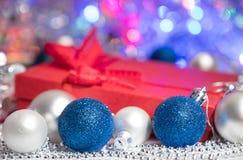 Bas et jouets de décoration de boules de Noël Photographie stock