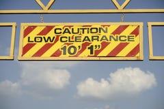 Bas fond de ciel de signe de surplomb d'entrée de route de dégagement de précaution photos libres de droits