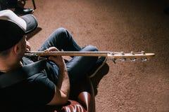 Bas- gitarrist med bästa sikt för gitarr Royaltyfria Foton