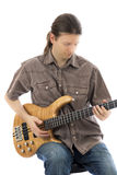 Bas- gitarrist som koncentreras på hans elbas royaltyfri foto