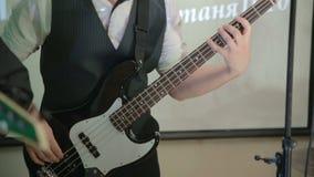 Bas- gitarristlek på bas lager videofilmer