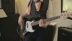 Bas- gitarristlek på bas stock video