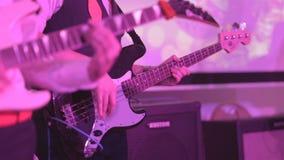 Bas- gitarristlek på bas arkivfilmer