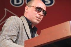 Bas Grijmans tragende Sonnenbrille-Spieltastaturen Lizenzfreie Stockfotos