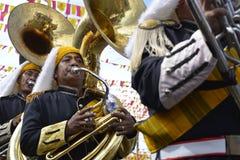 Bas- horn för manlig lek för musikbandmedlem på gatan under den årliga mässingsmusikbandutställningen Arkivfoton