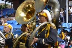 Bas- horn för manlig lek för musikbandmedlem på gatan under den årliga mässingsmusikbandutställningen Royaltyfria Bilder