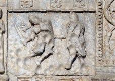 Bas-hulp 12de eeuw van van Maestro Nicolo de ', groep rechts van de deur van de Basiliek van St Zeno in Verona royalty-vrije stock afbeeldingen