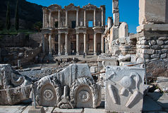 Bas-hulp dichtbij Bibliotheek Celsus Stock Foto