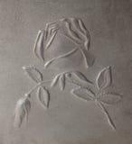 Bas-hulp die rozen op metaal afschildert Stock Foto's