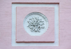 Bas-hulp in een klassieke stijl op een muur Stock Foto's