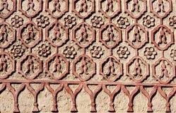 Bas-hulp het snijden met bloemenornament op oude gipspleistermuur, Mexi Stock Fotografie