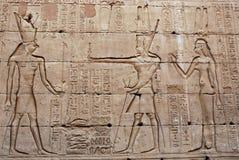 Bas-hulp op de muur - Tempel van Edfu - Egypte stock foto's