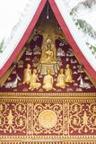 Bas-hulp op de muur van de tempel Wat Sensoukaram in Louangphabang, Laos verticaal Close-up Stock Fotografie