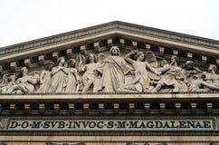Bas-hulp op de voorgevel van de Kerk van Madeleine royalty-vrije stock afbeelding