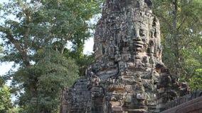 Bas-hulp van het gezicht op oude muur in complexe de tempel van Angkor Thom, Kambodja stock footage