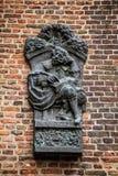 Bas-hulp van monarch in brons op bakstenen muur in Muiderslot-kasteel holland Royalty-vrije Stock Foto's