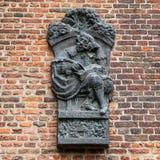 Bas-hulp van monarch in brons op bakstenen muur in Muiderslot-kasteel holland Royalty-vrije Stock Afbeeldingen