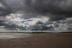 Bas nuages à la plage Image libre de droits