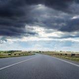 Bas nuages au-dessus de route d'asphalr Image stock
