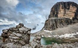Bas nuages au-dessus des montagnes alpines de lac et de dolomite Photos stock