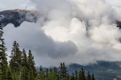 Bas nuages lumineux dans le Canada de Canmore Photos stock