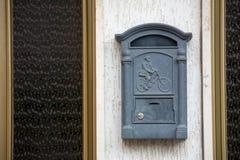 Bas-relevo de Grey Mailbox With A que descreve um carteiro em uma bicicleta imagens de stock royalty free