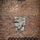 Bas-relevo do monarca no bronze na parede de tijolo no castelo de Muiderslot holland Foto de Stock